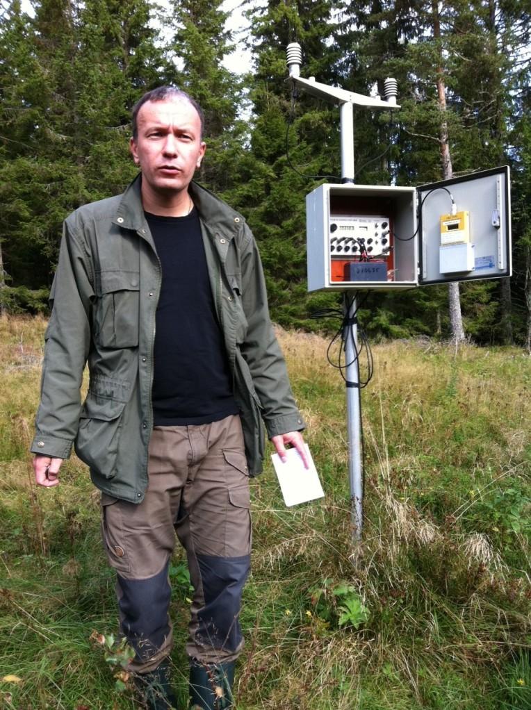 Provtagare bredvid ozonmätaren på Blåbärskullen.